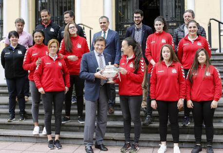 Javier Fernández recibe al Mavi pol so títulu de campeón de Copa