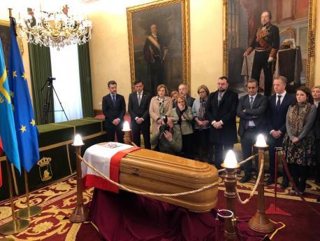 La capiella ardiente del ex alcalde Álvarez Areces yá ta instalada en Xixón